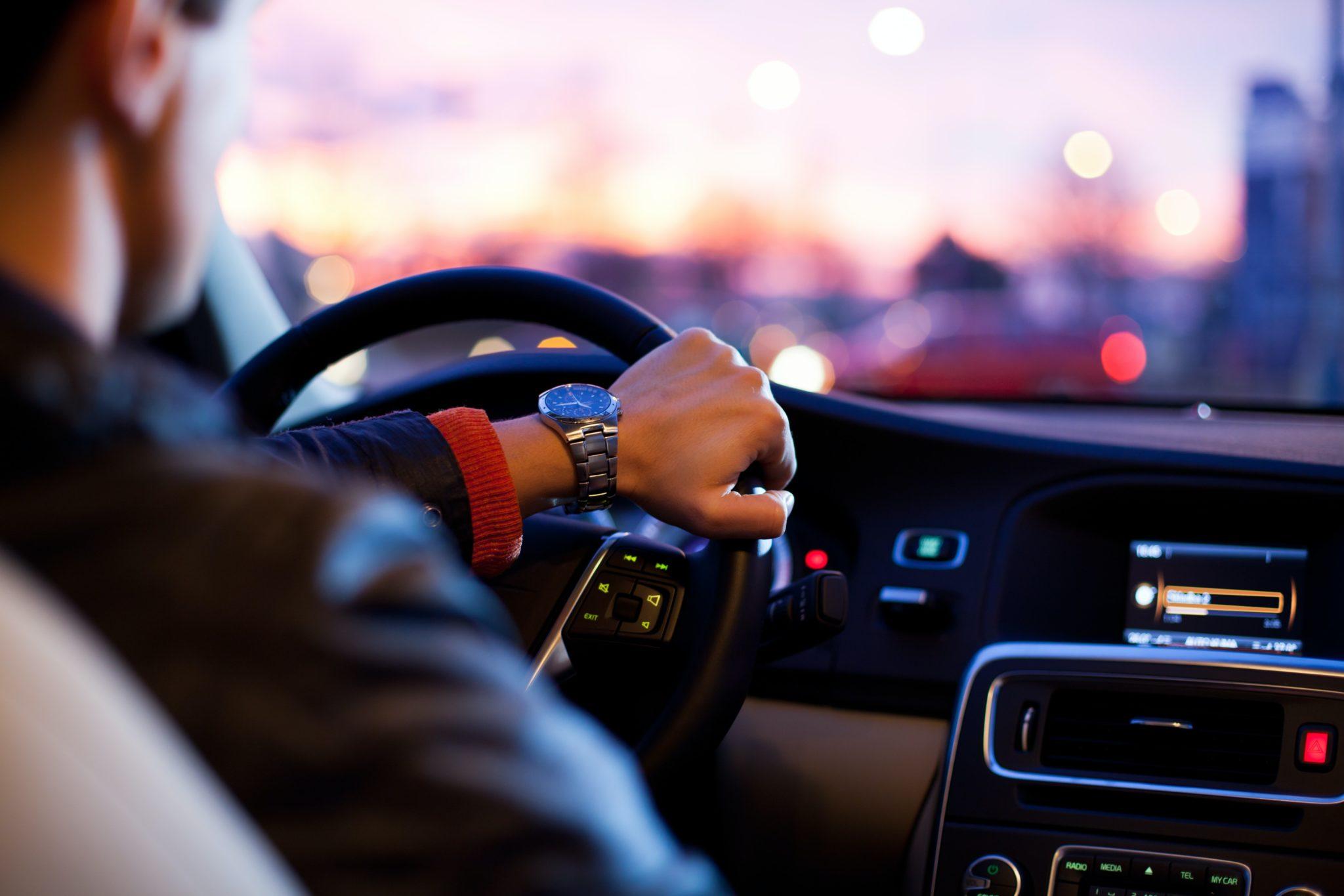 widok zza pleców kierowcy samochodu osobowego